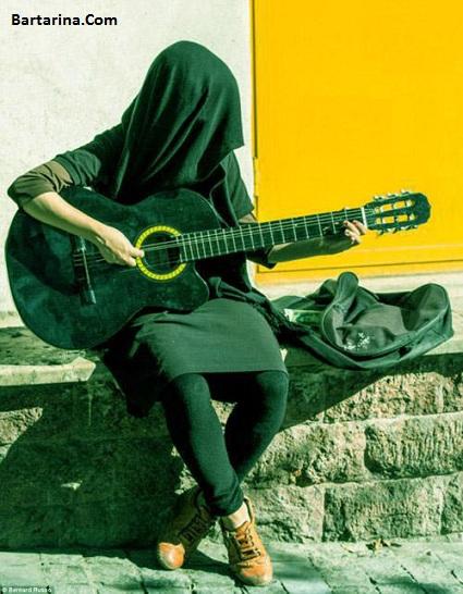 عکس گدایی دو دختر گیتاریست در خیابان انقلاب تهران
