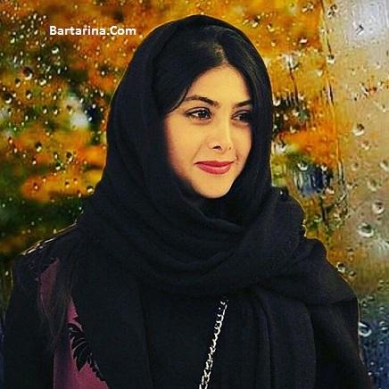 عکس آزاده صمدی بازیگر زن با شلوار پاره در کافه حافظ