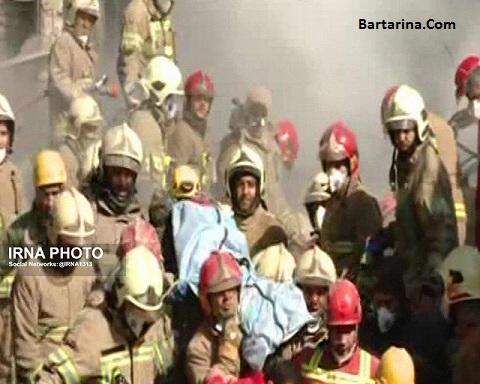 فیلم لحظه خارج کردن پیکر آتش نشانان شهید از زیر آوار پلاسکو