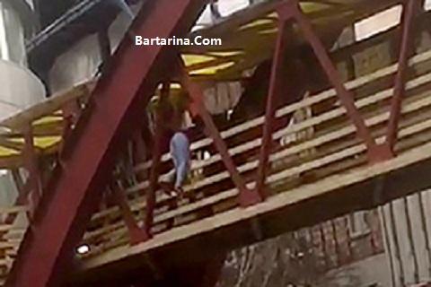 فیلم لحظه خودکشی زن تبریزی روی پل عابر پیاده 16 اسفند 95