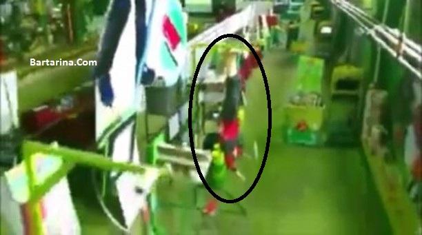 فیلم آویزان کردن یک کارگر مرد در کارخانه چسب هل خلیل نظری